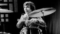 """Moon, dengesiz kişiliği ve edindiği """"Moon The Loon"""" lakabı ile The Who'ya adapte olmakta hiç zorlanmadı.Bir konserde davullarına su ve balık doldurup kedi kıyafetiyle sahneye çıkarken, albüm kayıtlarında ise vokalleri güldürdüğü için stüdyodan dışarı çıkarılıyordu. Ardından stüdyoya gizlice geri girip vokallere katılan Moon'un sesini Bell Boy, Bucket T, Barbara Ann ve özellikle Pictures of Lily isimli şarkılarda duyabilirsiniz. Devamı: http://bagimsizdegisken.com/portfolio/keith-moon"""