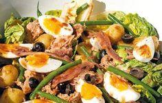 Pel de eieren, snij ze in vieren en leg op de salade. Verdeel de olijven over de salade en besprenkel voor je serveert met de vinaigrette