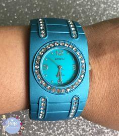 Olá lindonas, tudo bem???     Hoje venho mostrar os detalhes do Relógio Azul que recebi do Site AMICLUBWEAR que é uma loja internacional...