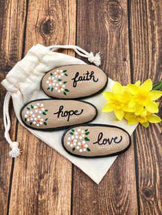 Faith Hope Love Stones, Christian Rocks, Painted Stones, P Rock Painting Patterns, Rock Painting Ideas Easy, Rock Painting Designs, Paint Designs, Art Patterns, Paint Ideas, Pebble Painting, Love Painting, Pebble Art