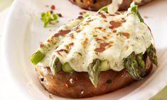 Überbackene Spargel-Steaks Rezept: Schweinerückensteaks mit grünem Spargel und einer Crème-légère-Käse-Mischung überbacken - Eins von 7.000 leckeren, gelingsicheren Rezepten von Dr. Oetker!