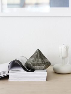 DIY: Concrete Diamond would be perfect as a paper weight, bookend, or garden decoration! Deco Nature, Concrete Crafts, Concrete Cake, Concrete Design, Diy Inspiration, Office Accessories, Diy Planters, Paper Weights, Diy Projects To Try
