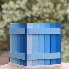 Pastelníkovník+-+modrý+Originální+dřevěný+pastelníkovník+v+bílém+kabátku+se+zdobeným+nalepeným+malým+plotem.+Natřeno+barvou+zdravotně+nazávadnou.+Na+závěr+přelakováno+bezbarvým+lakem.+Plot+je+ruční+výroba,+nestejná+výška+jednotlivých+dřevíček+je+záměrem.+Velikost:12,5+x+11,5+x+11,5+cm