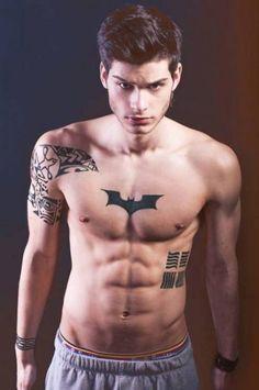 Chico con tatuaje de batman en el pecho