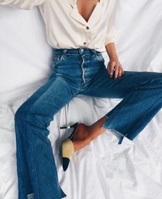 Chanel heels with a flared jeans. Back in time look. Outfit Jeans, Denim Outfits, Cute Outfits, Casual Outfits, Look Boho, Look Chic, Look Fashion, Autumn Fashion, Womens Fashion