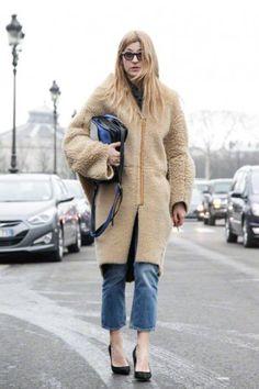 Ada Kokosar in een winterjas van Acne en de cropped POP jeans van het Zweedse merk.
