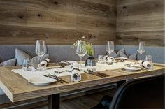Gemütliches und hervorragendes Ambiente im Restaurant Seensucht in Zell am See Zell Am See, Restaurant, Table Settings, Dining Table, Rustic, Furniture, Home Decor, Country Primitive, Dining Room Table