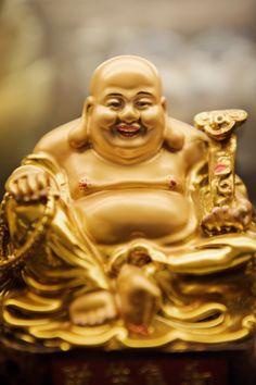 Por todos lados se ven pequeñas figuras de un Buda sonriente que en realidad es la representación de un monje de la secta Chan. Su aspecto afable y su vientre prominente simbolizan la riqueza y la alegría de vivir. Esta figura ubicada en la esquina del salón opuesta a la puerta y formando diagonal con ella, actúa como un imán atrayendo prosperidad. https://www.facebook.com/pages/Vida-y-Feng-Shui/134972643365688