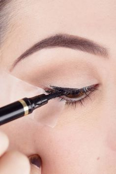 SThe Scotch-Tape trick for the perfect liquid liner cat's eye: tep 3