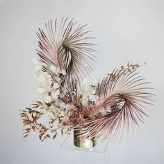 We've got all the heart eyes for the botanical artistry of x Dried Flower Arrangements, Floral Centerpieces, Dried Flowers, Modern Wedding Flowers, Wedding Flower Inspiration, Floral Wedding, Indoor Tropical Plants, Sogetsu Ikebana, Floral Backdrop