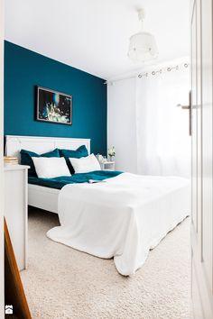 Sypialnia w kontrastach - biel i intensywny niebieski