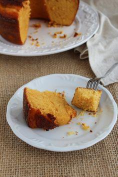 Receita de bolo de milho verde e fubá. Garanto que fica infinitamente melhor se for feito com milho verde fresco, ao invés de milho em lata!