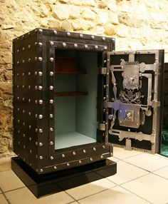 Piemonte lock by antique safe collector Antique Safe, Personal Safe, Safe Vault, Safe Door, Vault Doors, Deposit Box, Cash Box, Cafe Interior Design, Secret Rooms