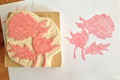 Tampon en gomme motif pivoine gravé à la main avec par Kraftille, €45.00