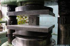 Испытываем на прочность цемент для керамзитобетонных блоков на прессе ПСУ-250. Подробно: http://skb21.ru/lenta/blog/kak-prokhodyat-ispytaniya-tsementa/
