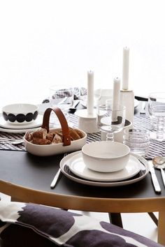 Marimekko Oiva collection tableware and the gorgeous Kuppa serving bowl Rose House, Living Styles, Scandinavian Home, Marimekko, Decoration Table, Dining Furniture, Kitchen Dining, Dining Set, Home Interior Design