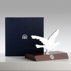 Anadolu Ajansı için 2012 yılında tasarlanmıştır.  Lazer kesim çelik ve mermer kullanılmıştır.