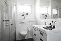 Modernt badrum med duschhörna.