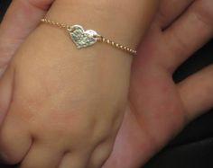 Eenvoudig. Chique. Minimalist ™  Super schattig eerste armband voor uw dochtertje, gestempeld met uw keuze van comic-lettertype hoofdletters initiële. Ook een geweldig cadeau!  Kies uw voorkeur armband:  Stijl No. 1 - (2de foto) Een briljante CZ diamant (Zirkonia) charme en een kleine 14 karaats vergulde gevuld label (11mm)  Stijl No. 2 - (3e foto) Een kleine 14 karaats vergulde gevuld geciseleerde hart label (11mm)  Stijl No. 3 - (4e foto) Tiny een 14 k goud gevuld Hammered label (11mm)  De…