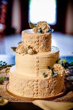 Country Style Wedding Cake Photographed by Wedding Photographer Sam Rodriguez with S.R.WeddingStory Wedding Photographer at Monterre Vineyards.