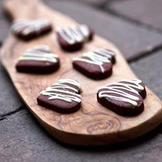 Tak na poslední chvíli ještě recept na jedno vynikající a velmi jednoduché pečené cukroví. Výrazné kořeněné čokoládové sušenky s pol...