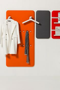 Pillow van Cascando Products is een compleet nieuwe serie interieuraccessoires die de woon- en werkomgeving nog persoonlijker maken. Pillow bestaat uit een reeks kleurrijke wandpanelen die rust brengen in elke lobby, gang, kantoor of vergaderruimte. Decoratief en functioneel: als garderobe, tijdschrifthouder en memopaneel. De Pillow panelen zijn bedekt met zacht schuim en wolvilt van hoge kwaliteit, en dragen daardoor ook bij aan geluidsabsorptie.