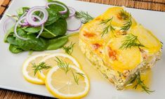 Laxpudding med skirat smör Salmon Dishes, Spanakopita, Quiche, Pineapple, Fish, Fruit, Breakfast, Ethnic Recipes, God