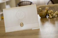 Convite de casamento clássico com brasão exclusivo e lacre de cera.