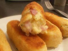 éplucher les pommes de terre et les mettre à bouillir jusqu'à ce qu'elles soient tendres.    les écraser à la fourchette.    ajouter 1 oeuf, le beurre fondu, le jambon coupé en petit morceaux et le persil ciselé. bien mélanger. saler et poivrer.    former des croquettes avec vos mains et les tremper successivement dans la farine, le second oeuf battu et la chapelure.    faire chauffer de l'huile dans une poele et y faire dorer les croquettes.    déguster avec une petite salade !!