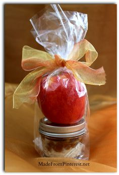 I am thinking school lunch, thank you gift, hostess gift, teacher gift, and eat it myself! Individual Caramel Cream Cheese Apple dip