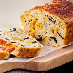 Este cake salado de queso y aceitunas sorprenderá a todos por su textura y sabor. La receta es muy fácil y los ingredientes son muy sencillos. Flan, Plum Cake, Fitness Nutrition, Quiche, Banana Bread, Brunch, Muffins, Sandwiches, Snacks