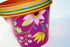 He encontrado este interesante anuncio de Etsy en https://www.etsy.com/es/listing/127382243/hand-painted-flower-pot-terracotta-6