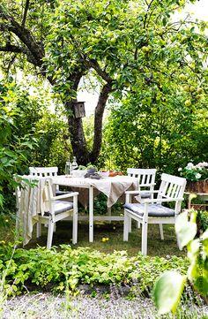 A table, sous les arbres. Série ÄNGSÖ  #IKEA #jardin #terrasse