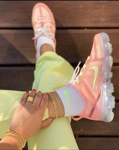 Women's Nike vapormax Sneakers Fashion, Fashion Shoes, Camisa Nike, Basket Style, Sneaker Store, Kicks Shoes, Fresh Shoes, Hype Shoes, Unique Shoes