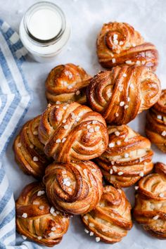 Beautiful Swedish cardamom buns recipe with step-by-step photos! Sweet, buttery and aromatic buns topped with sugar pearls. Made for sharing! Croissants, Swedish Recipes, Sweet Recipes, Swedish Cardamom Buns Recipe, Cinnamon Bun Recipe, Baking Buns, Berry Compote, Anna Banana, Deserts