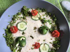 Froschsuppe - Heiße Joghurtsuppe mit Graupen und Froschdeko