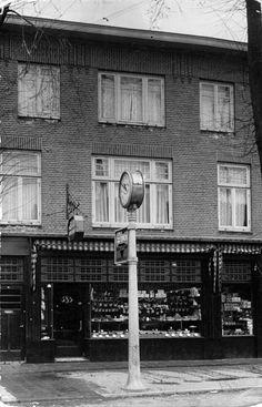 Gezicht op de voorgevel van het pand Amsterdamsestraatweg 385 (banketbakkerij Van Eijck) te Utrecht en Zuilen. Grens gemeenten liep door het pand.