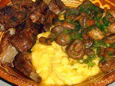 Preparăm o mămăligă, mai moale, o răsturnăm fierbinte într-o strachină mare şi punem peste ea costite de porc şi ciuperci cu sos şi unt. Unt, Pork, Romanian Recipes, Chef Recipes, Cooking