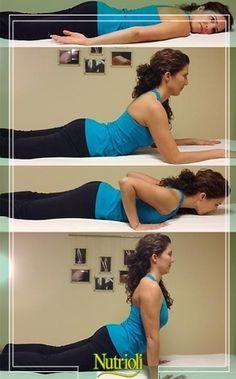 ¡Mejora tu postura con este práctico ejercicio! Nutrioli te dice cómo.   -Recuéstate sobre tu estómago con los brazos a los lados, relaja tu cuerpo.  -Cambia a posición de esfinge (segunda imagen), sostén por 2 minutos respirando profundamente. -Regresa al suelo y esta vez coloca tus manos a la altura de tus hombros, empuja tus brazos lentamente hasta que queden completamente derechos.   Haz 10 repeticiones de este movimiento, cuida de no lastimarte.