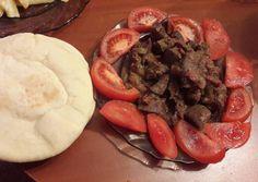 Egyiptomi borjúmáj, egyiptomi kenyérrel Hozzávalók:  2 adag      0,5 kg borjúmáj     3 fej közepes vöröshagyma     2 db közepes paradicsom     1 kk só     1 ek olívaolaj     1 csipet római kömény( késhegynyi)     ízlés szerint pita     210 ml víz     1 ek étolaj     350 g finomliszt     1.5 tk só     1 tk cukor     1 ek élesztő Cukor, Pot Roast, Sausage, Meat, Ethnic Recipes, Food, Carne Asada, Roast Beef, Sausages