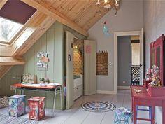 jolie chambre d'enfant sous pente, sol en planchers beiges et fenetres sur le toit