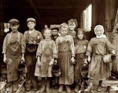 Photographer Lewis Hine captured the appalling child labor conditions of early century America in stark, history-making detail. Vintage Pictures, Old Pictures, Old Photos, Victorian London, Victorian Era, London 1800, Victorian Photos, Lewis Wickes Hine, Fotografia Social