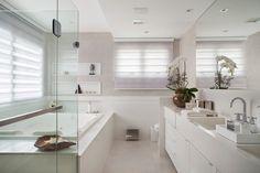 Navegue por fotos de Banheiros modernos: Banheiro da Suíte Master. Veja fotos com as melhores ideias e inspirações para criar uma casa perfeita.