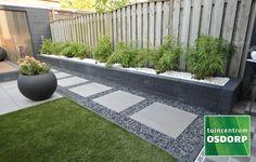 Met onze Linia palissade Zwart 10x60 bouwt u met gemak de mooiste tuinelementen. Deze stapelstenen zijn zo veelzijdig dat u eigenlijk elk idee om meer hoogte of niveauverschil aan te brengen kunt realiseren. Wat dacht u van een bloemenborder in of aan de rand van uw tuin? Of een prachtige vijverrand met bloembakken van stapelstenen eromheen? U kunt deze stenen ook perfect gebruiken voor een verhoogd terras. Side Yard Landscaping, Backyard Patio Designs, Modern Landscaping, Landscaping Ideas, Pergola Patio, Backyard Ideas, Back Garden Design, Modern Garden Design, Garden Landscape Design