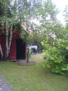 I den nästan 1000 kvm stora och lummiga trädgården finns det gott om fruktträd och en uteplats i söderläge.
