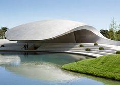 O escritório de arquitetura alemão Henn criou esse pavilhão de linhas simples e orgânicas. Com seu telhado de aço curvo, a construção abriga alguns carros da marca Porsche, no parque temático Autostadt em Wolfsburg, na Alemanha.