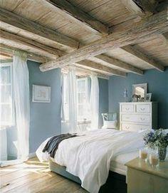 quelle couleur pour une chambre plafond rustique parquet de bois murs en bleu clair voiles et couvertures en blanc