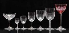 """42 CRISTALServiço de copos em cristal """"Baccarat"""", ornamentados com finos gomos horizontais e verticais. Hastes facetadas apoiadas em bases circulares. Constando de: 24 copos vermelhos para vinho tinto, 24 copos para vinho branco, 24 copos para água, 30 taças para champanhe, 12 copos para licor, 12 copos para brandy e 10 copos para água sem pé. Marcas da Christallerie na base. Total de 136 peças. Base R$16.000,00. Dez15. Dagmar saboya"""
