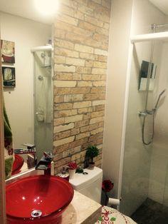 Uso de azulejo imitando tijolinho na decoração do banheiro. Reforma Lisandra Moraes