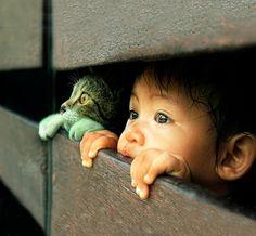niño con gatito